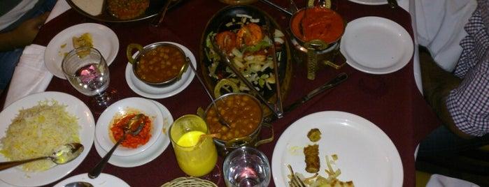 Agra Fine Indian Cuisine is one of Lieux sauvegardés par Darcy.