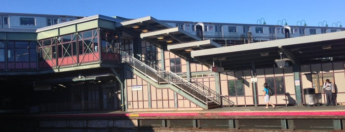 LIRR - Woodside Station is one of Meiさんのお気に入りスポット.