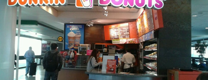 Dunkin' Donuts Gate/Puerta 21 is one of Por ai... em Santiago (Chile).