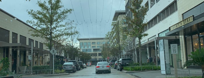 River Oaks District is one of Tempat yang Disimpan Queen.