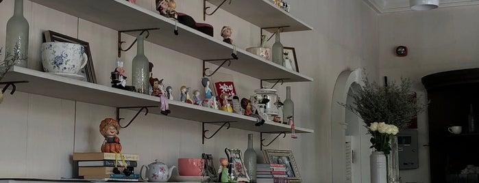 Jolie Café is one of Locais salvos de Queen.