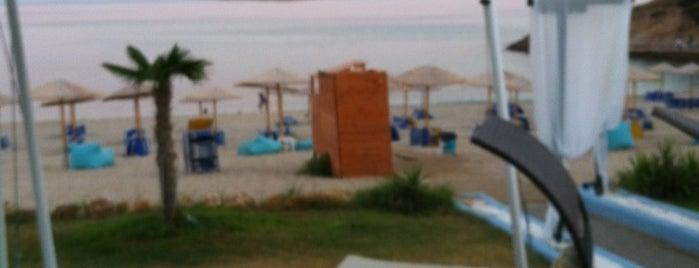 plavoulis open beach bar is one of Deniz 님이 좋아한 장소.