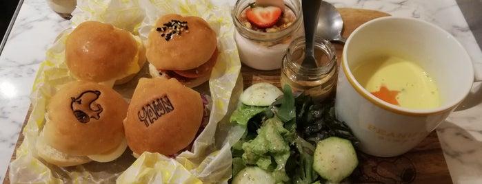 peanuts diner kobe is one of สถานที่ที่ la_glycine ถูกใจ.