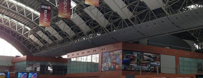 Aeropuerto Internacional Sabiha Gökçen (SAW) is one of Lugares favoritos de Ati.