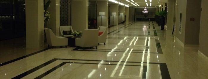 Mandarin Hotel is one of Bill'in Beğendiği Mekanlar.