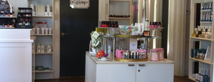 Queen Bee Salon & Spa is one of Angella 님이 좋아한 장소.