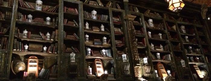 La Biblioteca is one of Posti che sono piaciuti a Guillermo.
