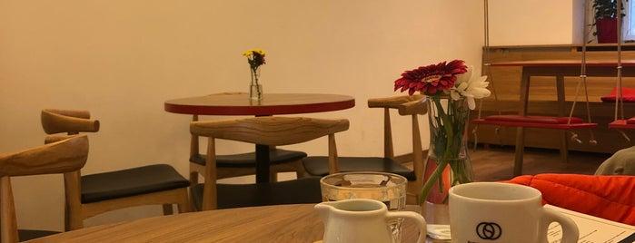 Dos Mundos Café is one of Prag.