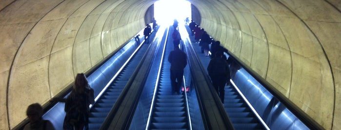 Woodley Park-Zoo/Adams Morgan Metro Station is one of Posti che sono piaciuti a Sunjay.