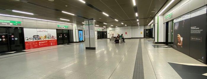 RapidKL Muzium Negara (SBK15) MRT Station is one of สถานที่ที่ 高井 ถูกใจ.