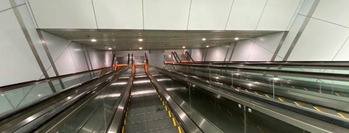 RapidKL Muzium Negara (SBK15) MRT Station is one of 高井'ın Beğendiği Mekanlar.