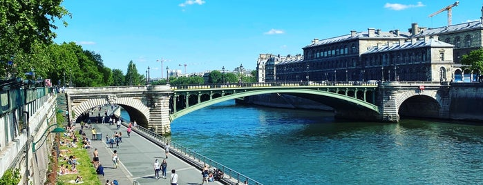 Berges de Seine – Rive droite is one of Tempat yang Disukai Richard.