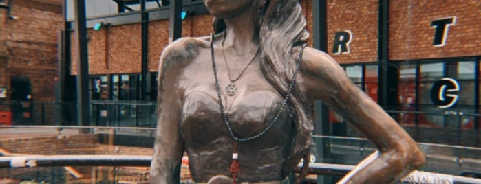 Amy Winehouse Statue is one of Londres.