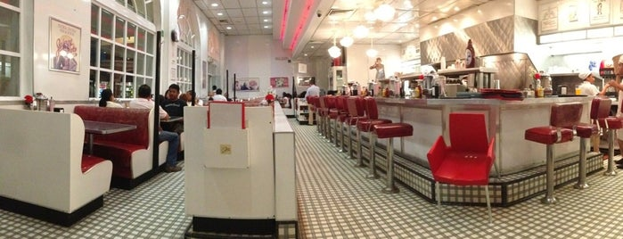 Johnny Rockets is one of Tempat yang Disukai Barbie.
