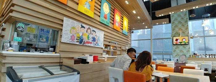Charlie Brown Cafe is one of Tempat yang Disukai MAC.