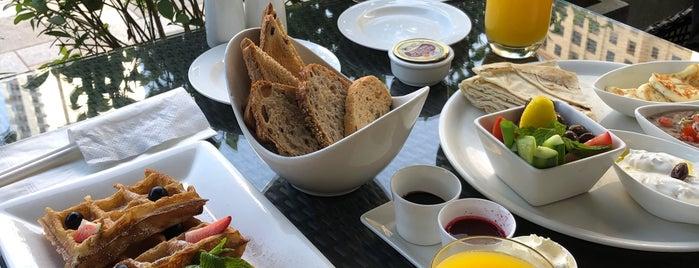 Café Bateel is one of Tempat yang Disimpan Julka.