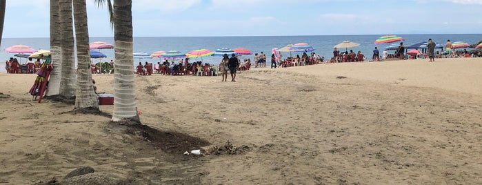 Playa Los muertos is one of Lugares favoritos de Denis.