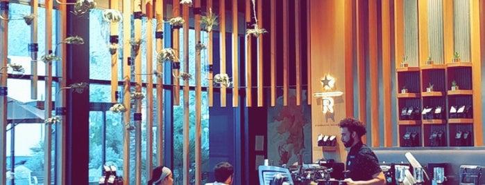 Starbucks Reserve is one of Tempat yang Disukai Dominic.
