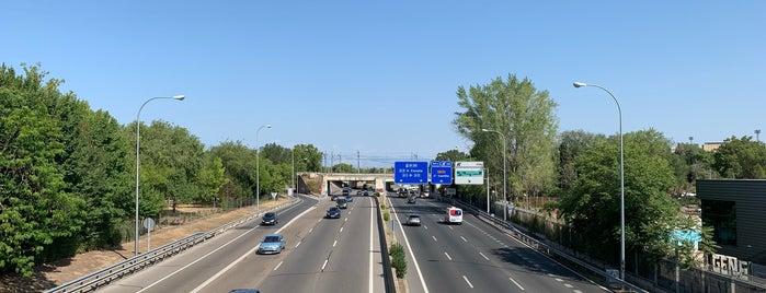Pasarela sobre la M-30 is one of Madrid Río: Puentes, pasarelas y presas.