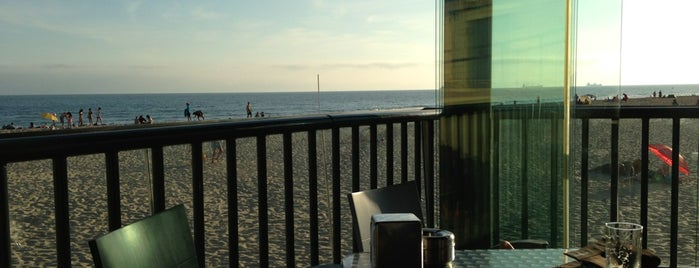 Fizz Beach Bar is one of Lissabon.
