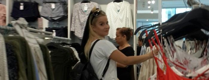 H&M is one of Tempat yang Disukai Erkan.