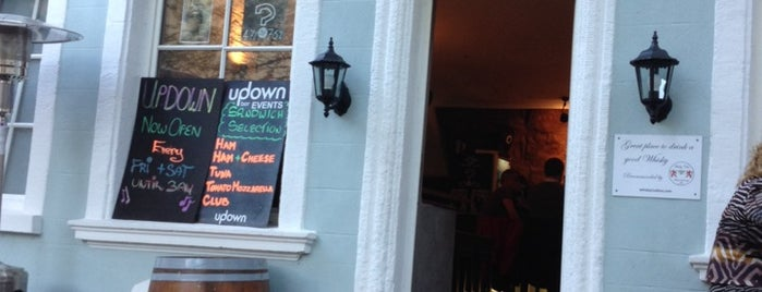 Updown Bar is one of Lugares favoritos de Helena.