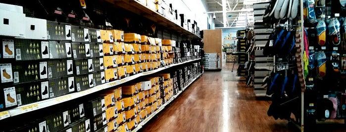 Walmart is one of Tempat yang Disukai Jason.
