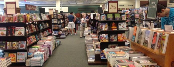 Barnes & Noble is one of Tempat yang Disukai Deborah.