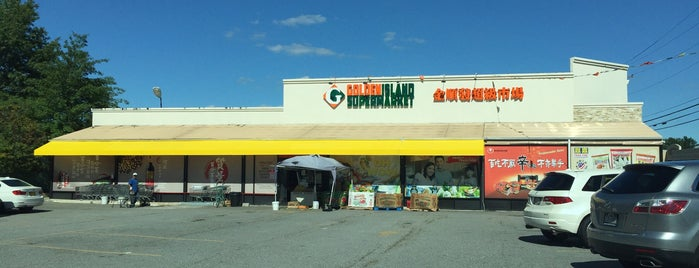 Golden Island Supermarket is one of Lugares favoritos de Montana.