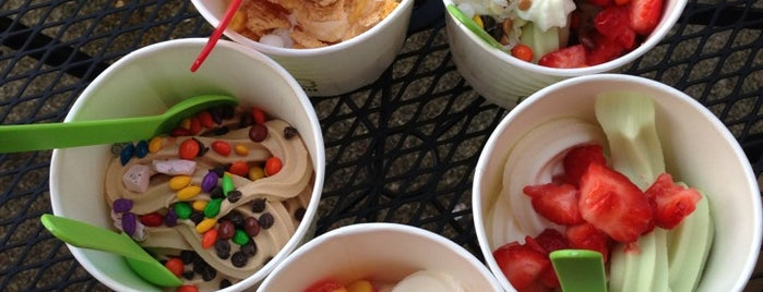 Peaks Frozen Yogurt Bar is one of Tempat yang Disukai Sunjay.
