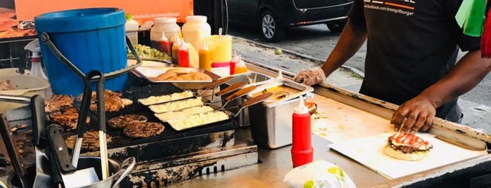 Street Grill Burger (Burger Bakar Penang) is one of Locais curtidos por Alyssa.