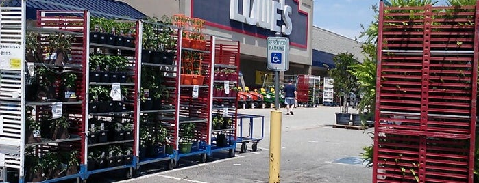 Lowe's Home Improvement is one of Locais curtidos por Jennifer.