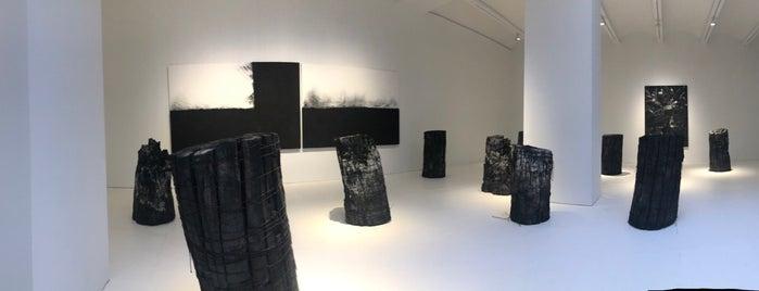 Galerie Perrotin is one of New York Galleries 🎨.