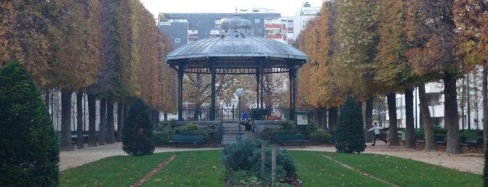 Place du Commerce is one of Lieux qui ont plu à Monsieur.