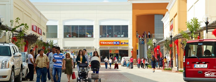 Festiva Outlet is one of Locais curtidos por Ekrem.