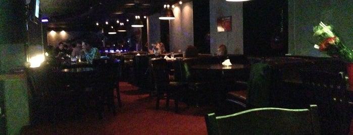 Donnie's Bar & Grill is one of สถานที่ที่ Nina ถูกใจ.