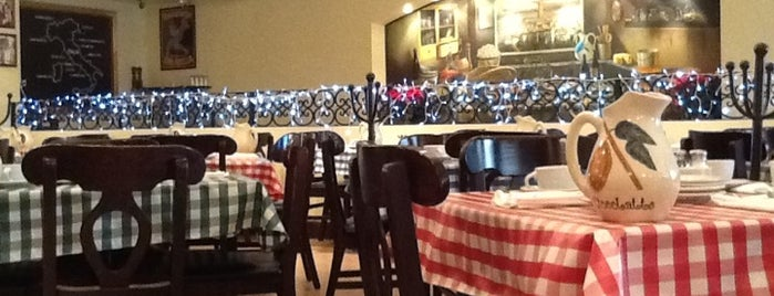 Italianni's is one of Locais curtidos por Eliane.