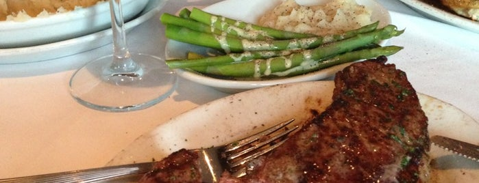 Ruth's Chris Steak House is one of Lugares favoritos de John.