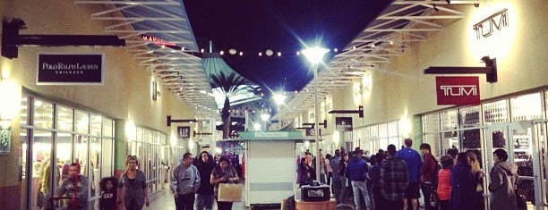 Las Vegas North Premium Outlets is one of Tempat yang Disukai Vicky.