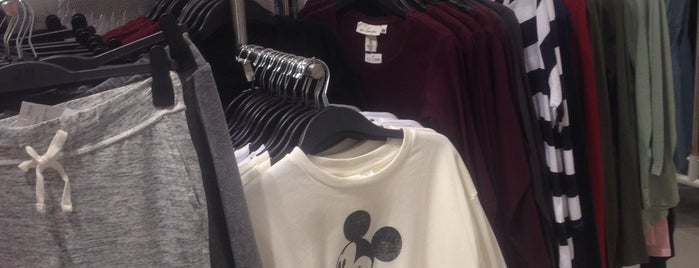 H&M is one of Locais curtidos por Cemil.