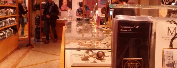 The Met Gift Shop is one of Lugares favoritos de Karen.