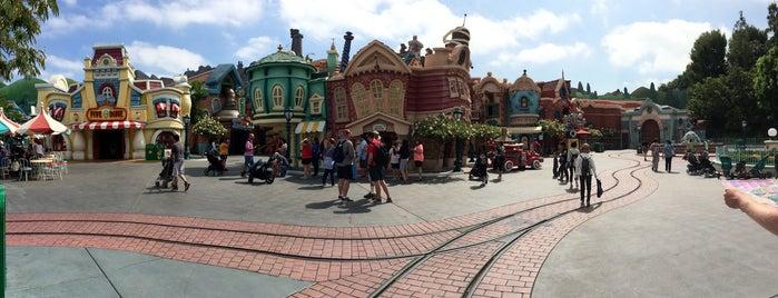 Disneyland Park is one of สถานที่ที่ Laetitia ถูกใจ.