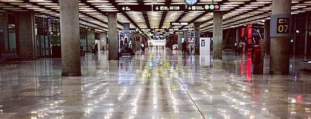 アドルフォ スアレス マドリード バラハス空港 (MAD) is one of Airports.