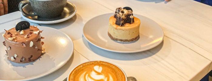 QUE Cafe is one of Queen'in Kaydettiği Mekanlar.