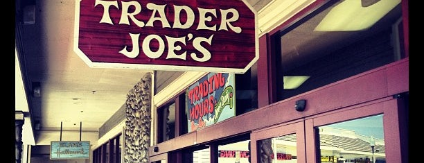 Trader Joe's is one of Locais curtidos por Duyen.