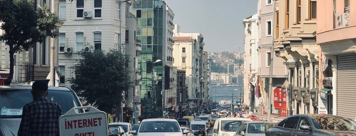 Coffee Me is one of İstanbul.