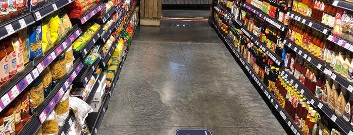 Ben's Independent Grocer is one of Tempat yang Disukai Rahmat.