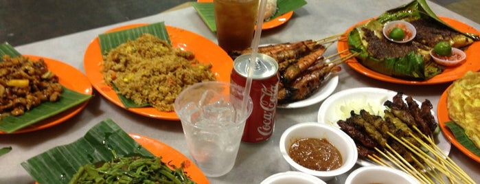 Lau Pa Sat Festival Market is one of Micheenli Guide: Best of Singapore Hawker Food.