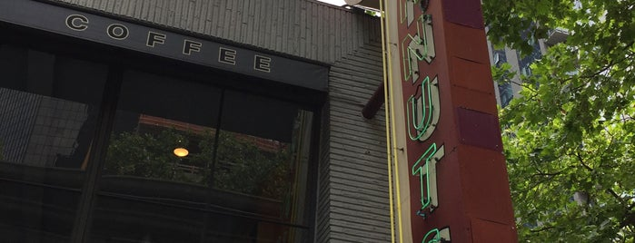 Top Pot Doughnuts is one of huiline 님이 좋아한 장소.
