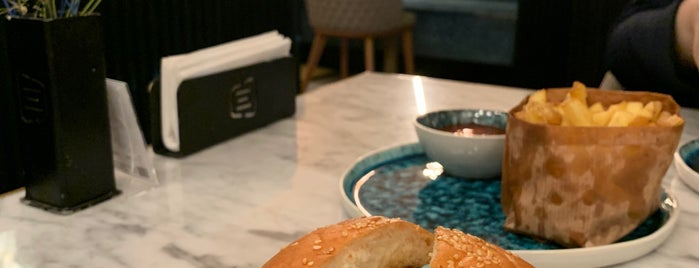 ROASTED Way Burger is one of Queen: сохраненные места.